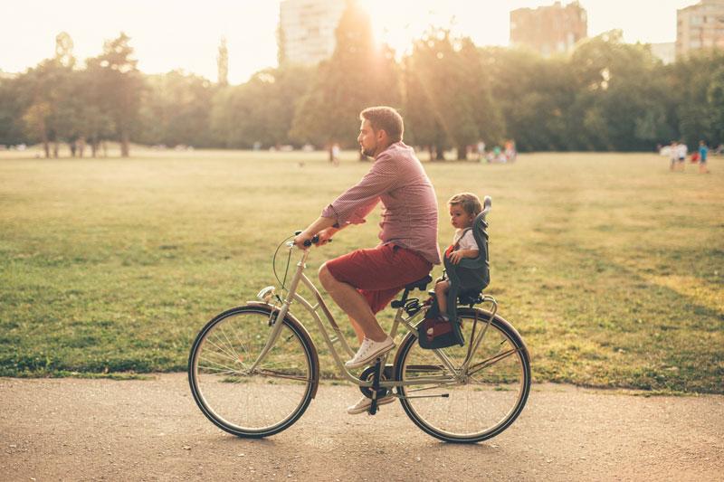 Bagażniki rowerowe – niezbędne wyposażenie podczas podróży z dzieckiem